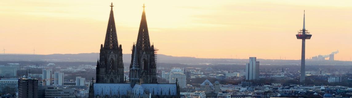 Skyline der Stadt Köln mit dem Kölner Dom als Wahrzeichen