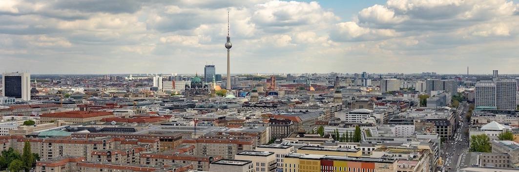 Skyline der von Berlin mit dem Fernsehturm als Wahrzeichen der Stadt und als Symbol für Fulfillment in Berlin