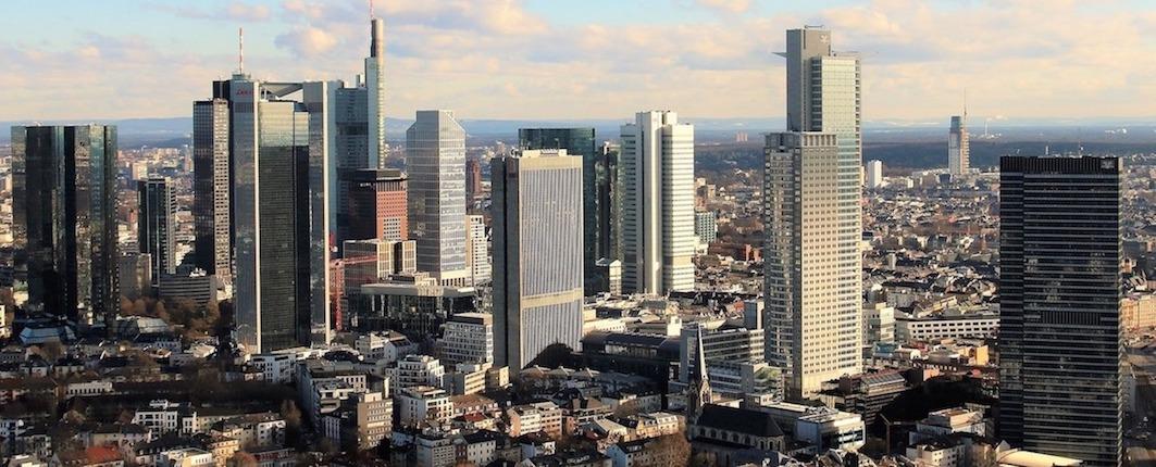 Frankfurter Skyline mit Hochhäusern und Wolkenkratzern