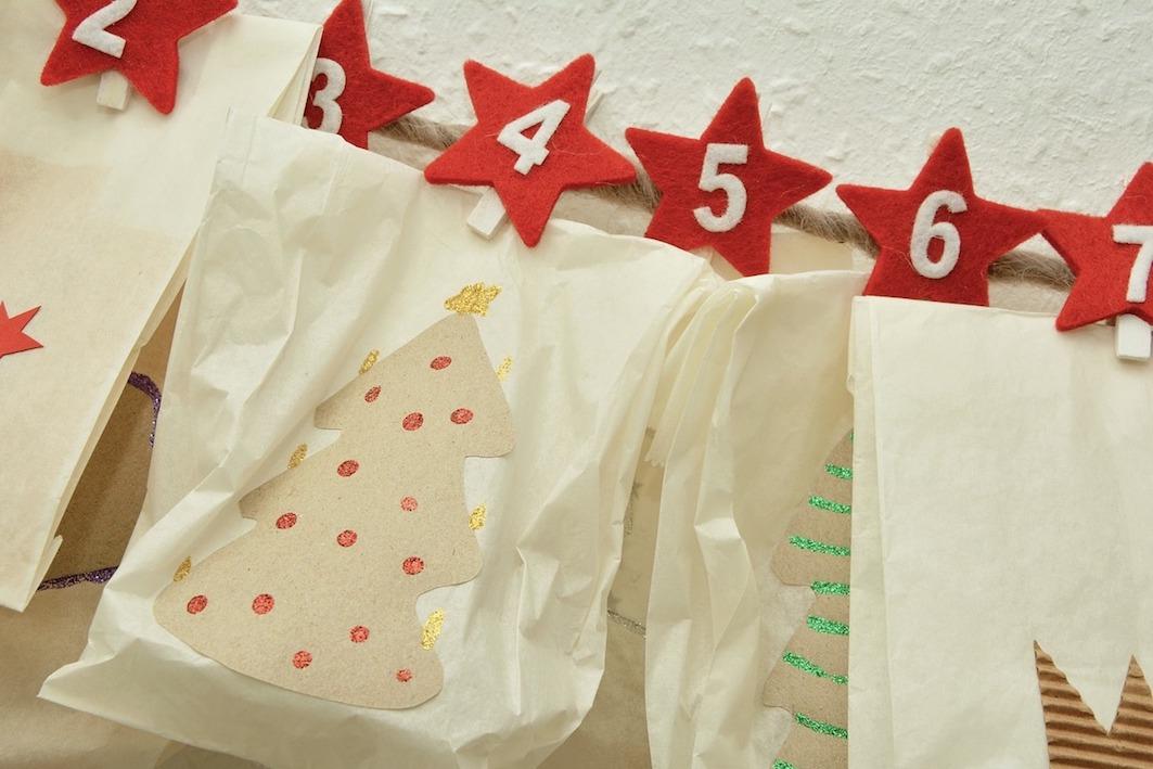 Adventskalender Verschicken mit verschiedenen Päckchen und Tüten mit Zahlen beschriftet in farbe