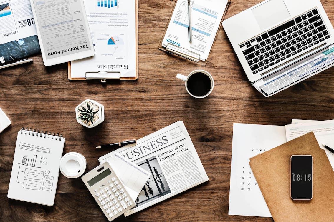 Marketing Logistik mit verschiedenen Objekten auf einem Tisch