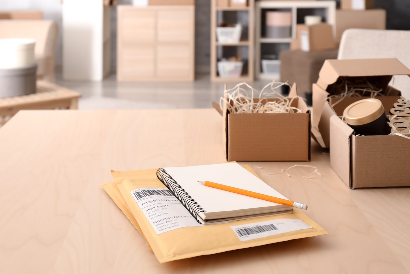 Verpackung, Kisten und Pakete auf Schreibtisch in farbe